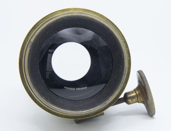 e246a4942 O estado geral do vidro nesse exemplar é excelente. O diâmetro da lente é  de 40 mm e o comprimento total é de 77 mm. Não há gravação de um número de  ...